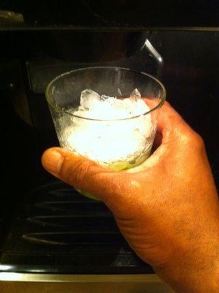 Añadir hielo picado a su vaso.