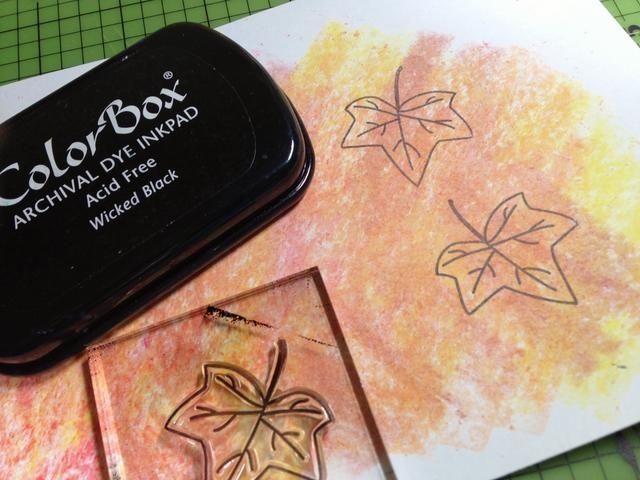utilizar Wicked Negro Tinta Tinte estampar hojas en papel garabateado ...