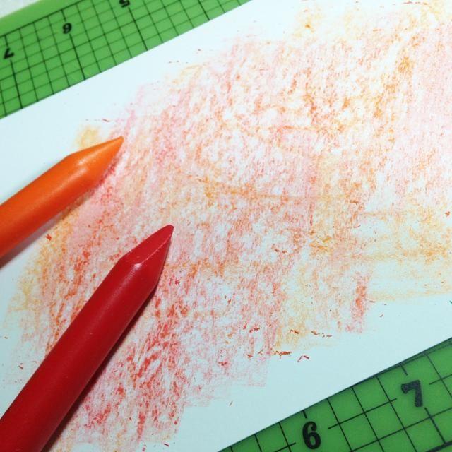 garabatear en un 4 X 6 pedazo de cartulina blanca utilizando lápices de colores naranja y rojo ...
