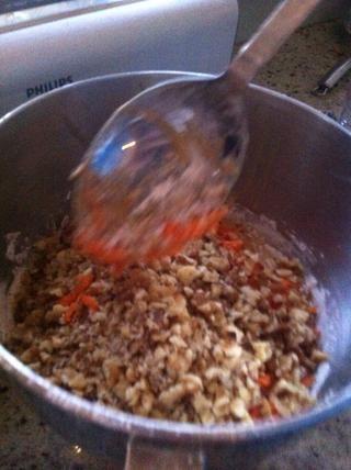 A continuación, agregue las nueces y la zanahoria rallada