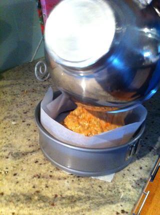 Una vez que toda la mezcla se mezcla en, vierta la mezcla en un molde redondo de 22cm forrada con papel de hornear