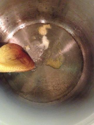 En una olla grande añadir 3 cucharaditas de aceite de oliva, 1 cucharadita de pasta de jengibre y 1 cucharadita de ajo paste..stir durante 2 minutos