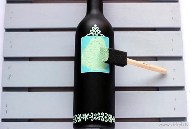 Aplique la pintura a la plantilla utilizando el pincel de esponja. La mejor manera de aplicar la pintura es frotando a la obra con la esponja.