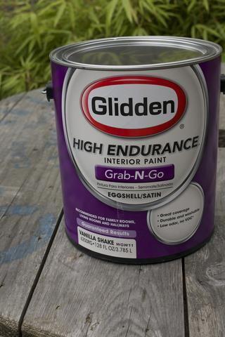 Coge un poco de pintura! Glidden ha hecho la selección de colores populares fácil! Sólo tienes que arrastrar una lata del estante de la tienda (disponible en Walmart) y se van. No mezclar o esperando. Para este proyecto, se utilizó Vanilla Shake.