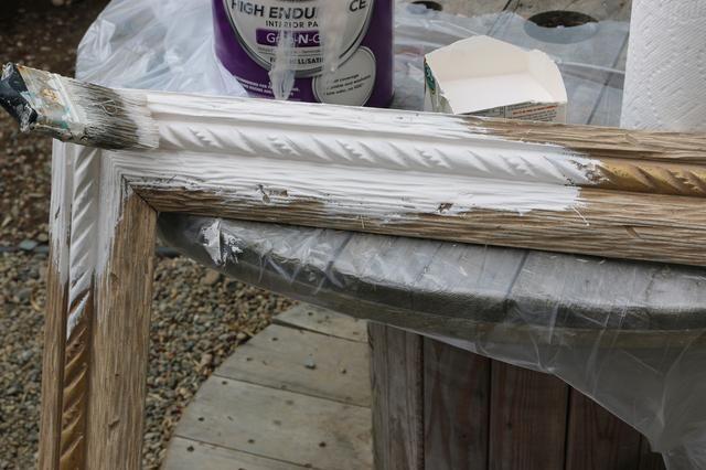 Pinte el marco, empujando el cepillo de pintura en cualquier grietas si es necesario para la mejor cobertura. Pintar una o dos capas de pintura.
