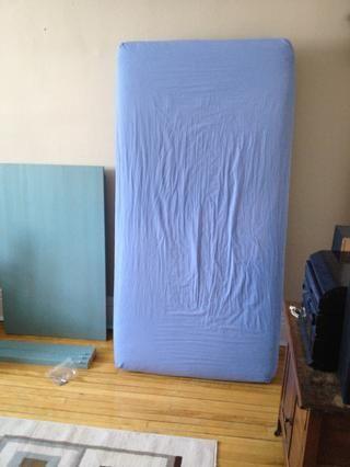 Compre o sacrificar un viejo (pero limpia) solo colchón. Ponga una hoja en él y el colchón ganó't be ruined.