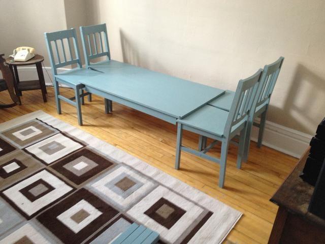 Establezca su mesa sin patas libremente en las sillas. Mida saber si su colchón se ajusta entre los respaldos de las sillas a cada lado.