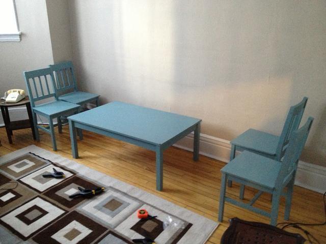 Una vez que sus patas de la mesa se han cortado a la medida, vuelva a la mesa de la manera más segura posible. Considere agregar un apoyo extra en el medio si sus patas de la mesa son débiles.