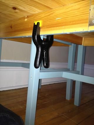 Clamp, tornillo, o atar sus sillas a la mesa para evitar que se mueve debajo del colchón.