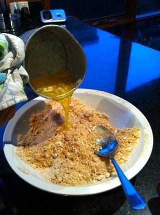Añadir la mantequilla derretida de galletas rallado y mezclar