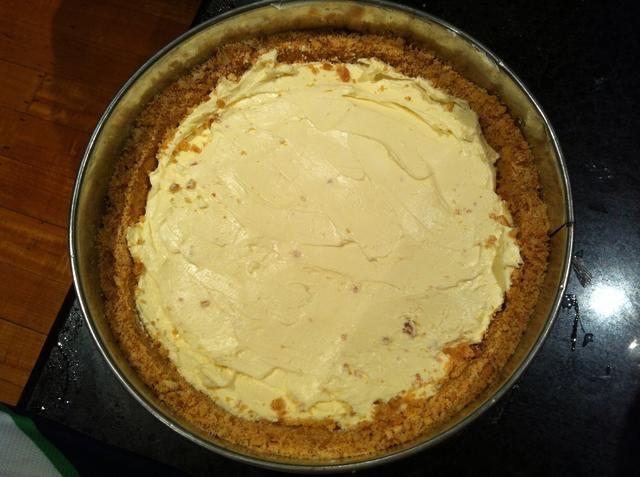 Ponga la mezcla de queso crema a base de galletas del congelador. Colóquelo en la nevera durante 30 minutos para establecer