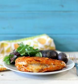 Cepille salsa más caliente sobre la parte superior de pollo. Cocer durante unos 7 minutos. Da la vuelta al pollo y cepillo en el resto de la salsa caliente y cocine hasta que ya no Pink- unos 5 minutos más.