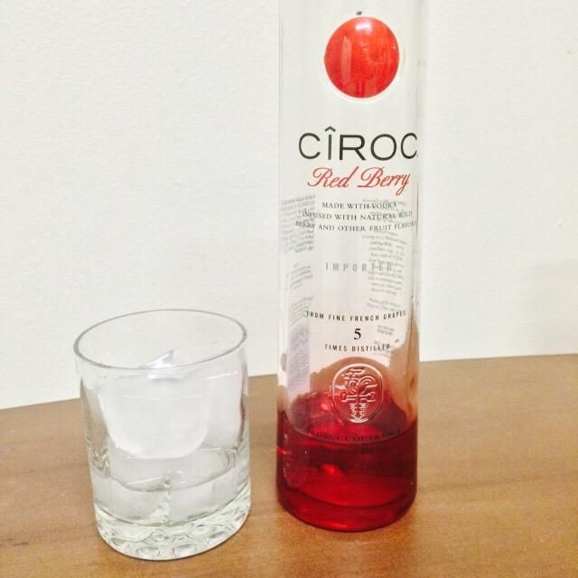 A continuación, dejar que's pour 1 & 1/2 ounces of Ciroc Red Berry into your rocks glass filled with ice.
