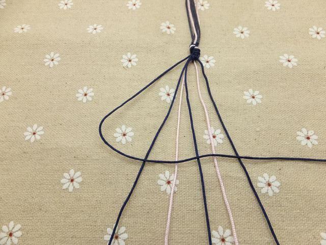 Ahora coge el cable exterior en el lado izquierdo (mostrar aquí en azul oscuro) y hacer un nudo hacia adelante mediante la creación de un 4-forma sobre el segundo cordón.