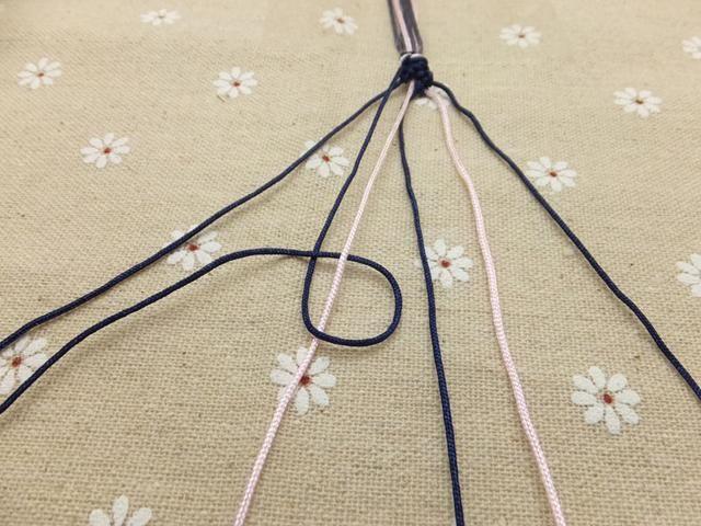 Una vez que haya anudado el cable externa izquierda a la de al lado, hacer lo mismo con el siguiente cable más cerca del centro.