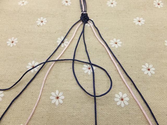 Continuar anudado hacia la derecha hasta que el cordón exterior alcanza el medio. Haga un nudo adelante con los dos filamentos intermedios para conectar las dos mitades. La primera fila del galón está completo!