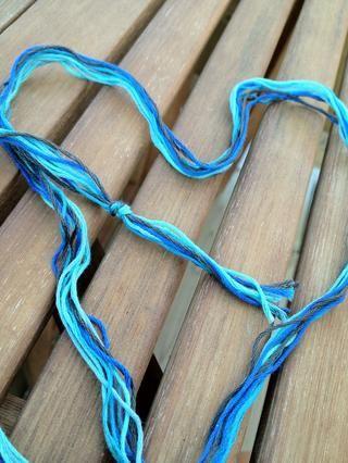 Manojo cuerdas juntos y atar un nudo en un extremo. También puede duplicar la longitud de las cuerdas y doblar por la mitad, atar en un nudo de lazo en su lugar. Así que usted tendría 3 cadenas, 1 de cada color.
