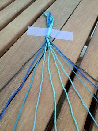 Pegue el grupo de cadenas a una superficie plana, o pin a sus pantalones, lo que funcione mejor para usted. Alinear las cadenas en el orden que desee y les espejo en el otro lado.