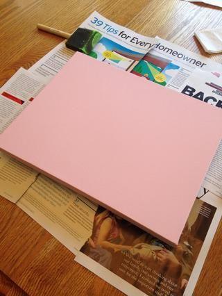 Coloque la lona sobre una superficie segura para pintar (usamos páginas de revistas brillantes en lugar de papel de periódico que puede manchar de tinta). Pintura de 2 capas (o más), dando tiempo para cada capa de pintura se seque.