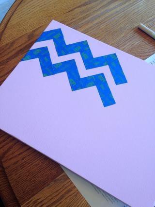Coloque cinta sobre tela en un patrón de chevron. Trate de hacer que el espacio entre la cinta consistente. Puede ser gruesa o fina dependiendo del color que desee