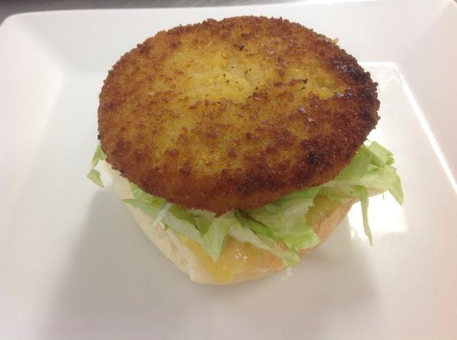 Coloque la hamburguesa de pollo cocinado en la parte superior.