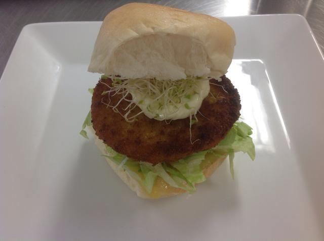 Coloque la parte superior del pan de hamburguesa en la parte superior.