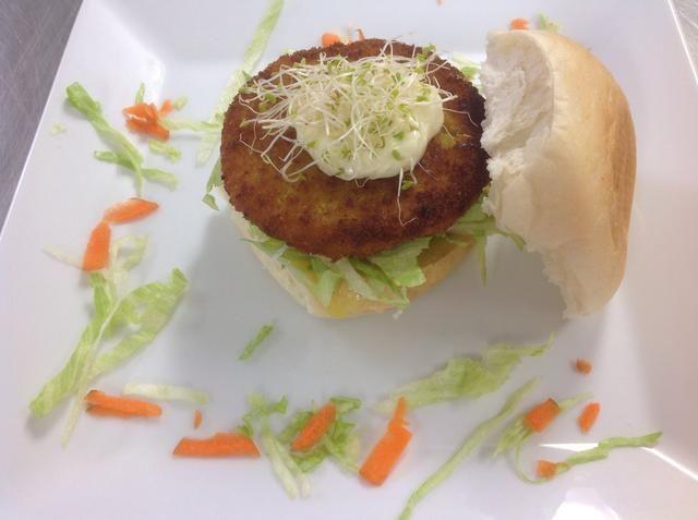 Adornar con perejil o izquierda sobre lechuga picada y la zanahoria rallada.