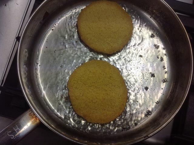 Añadir el aceite 2T al sartén. Calentar antes de hacer hamburguesas de pollo en el aceite para que no se empapado. Cocine hasta que estén doradas dando vuelta una vez solamente.