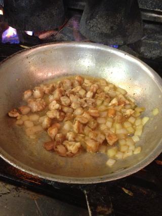 Agregue los camarones y cocinar juntos