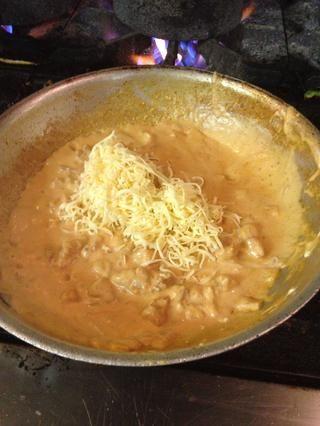 Mezclar todo durante un par de segundos y luego añadir el queso, yo uso el queso chihuahua, pero es realmente difícil de encontrar, así que usted puede utilizar mozzarella, y dejar que el queso se derrita