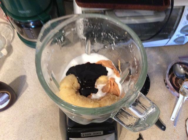 A continuación añadimos el plátano, mantequilla de maní y jarabe de chocolate