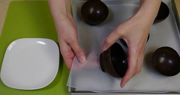 Chocolate DIY Tazón Postres | http://artesaniasdebricolaje.ru/how-to-make-a-chocolate-bowl-with-a-balloon/