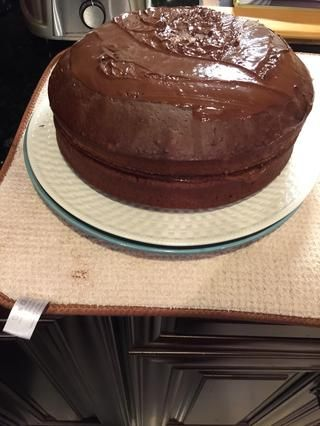 Añadir el chocolate en el medio entre las dos tortas.