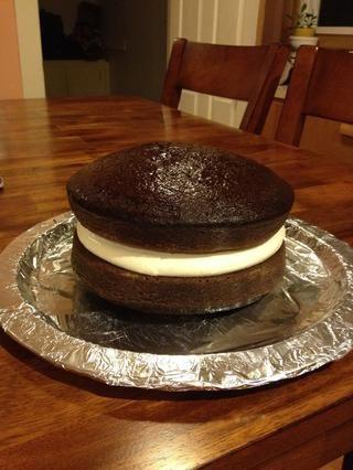 Retire la torta del refrigerador y agregue segunda capa a la parte superior.