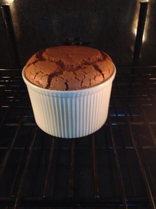 Coloque en el horno precalentado y hornear hasta que se infle, establece, y el centro sacude ligeramente cuando se le da un apretón suave. Acerca de 25-30 minutos.