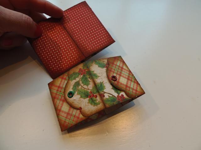 Con las dos cajas plegadas plana, inserte simple caja dentro de la caja etiqueta.