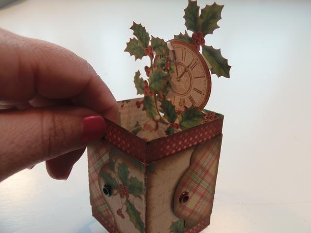 Utilice una gran cantidad de esquejes quisquillosos. Utilice puntos emergentes para añadir más dimensión a su tarjeta de la caja.