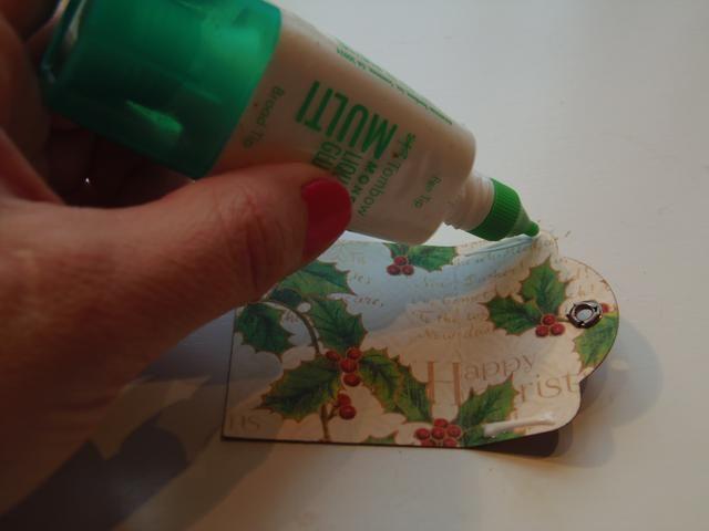 Con la cara entintada del papel hacia abajo, aplicar un poco de pegamento a los lados de la parte superior de la etiqueta.