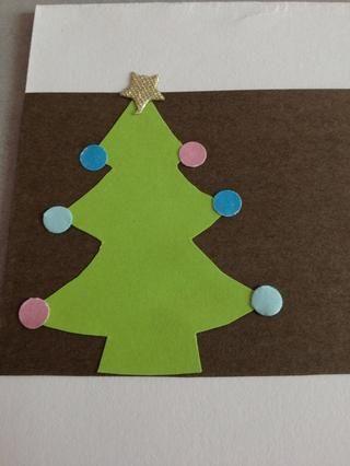 Yo tenía una cinta de la estrella, así que corté una estrella y pegado a la parte superior del árbol. Usted podría perforar un papel estrella, o utilizar otras formas como un ángel!