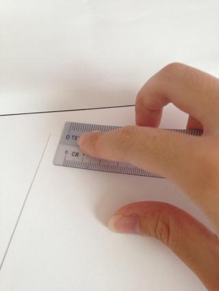 Arranca un trozo de bloque de dibujo, y doblar por la mitad. Frote los pliegues hacia abajo con una regla. Dobla hacia el otro lado y repetir para obtener pliegues más ordenado.