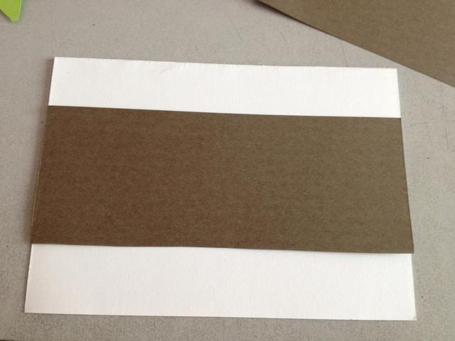 Cortar una tira de papel de color de modo que quepa todo el ancho de la tarjeta. Puede hacerlo mediante la medición de la longitud exacta de la anchura. Pegue abajo.