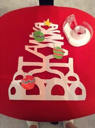 Hacer rollos de cinta y pegarlas a la adornos / estrella luego se adhieren los ornamentos / estrella para el árbol donde quieras y aquí está su producto final