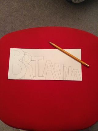 En ese papel que va a escribir su nombre (B - más grande letra • A - letra más pequeña) CONSEJO: escribir ligeramente al principio y luego ir a ponerlo en negrita. Asegúrese de escribir en la parte que se dobla