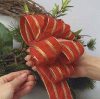 Utilice alambre floral para asegurar la cinta de terciopelo a la corona.