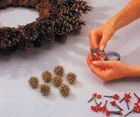 Hacer 12 racimos de bayas y mételos entre los conos.