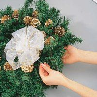 Utilice alambre cubierta de tela para asegurar el lazo blanco puro a la corona.