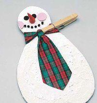 Sostenga el empate en el muñeco de nieve padre con una pinza de la ropa hasta que el pegamento se seque.