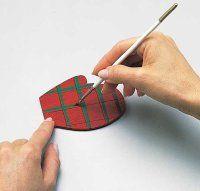 En la segunda capa, pintar las dos manoplas rojas con un diseño a cuadros.