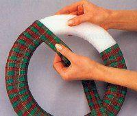 Envuelva la cinta alrededor de la corona de espuma.