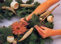 Utilice hojas de pino para mantener la corona en su lugar.